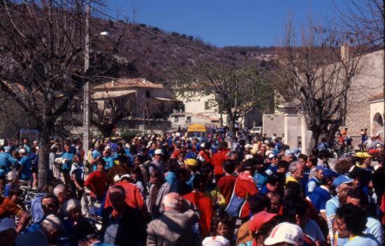 1982 04 11 vue de la concentration à Simiane