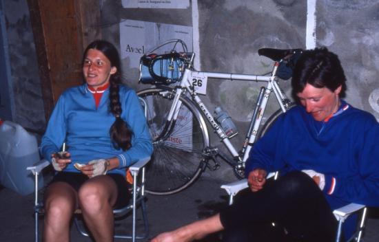 1982 05 29 24H d'Angers Ginette et Nicole au ravitaillement
