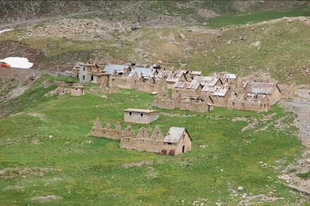 Le camp des Fourches, situé à 8 km du sommet