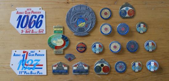 quelques exemplaires des médailles de brevets de randonneurs