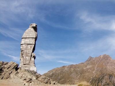 l'aigle en pierre au sommet du Simplon